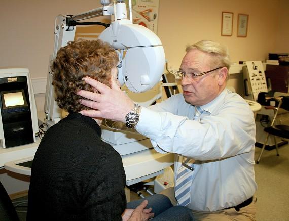 149de6791fab Synsundersøkelser er en viktig del av optikerens arbeidsdag. Arne Svensson  tok opp arven etter sin mor